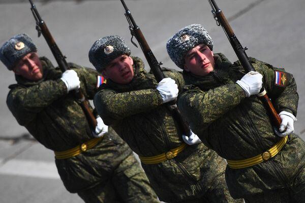 Военнослужащие во время репетиции Парада Победы на военном полигоне Алабино в Московской области