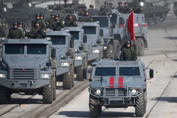 Бронированные корпусные автомобили Патруль и бронеавтомобиль Тигр во время репетиции Парада Победы на военном полигоне Алабино в Московской области