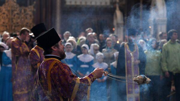 Прихожане и священники во время богослужения в праздник Благовещения Пресвятой Богородицы в кафедральном соборном Храме Христа Спасителя в Москве