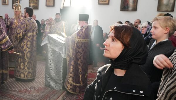 Верующие во время богослужения в Воскресенском кафедральном соборе Берлинской и Германской епархии Русской православной церкви в Берлине