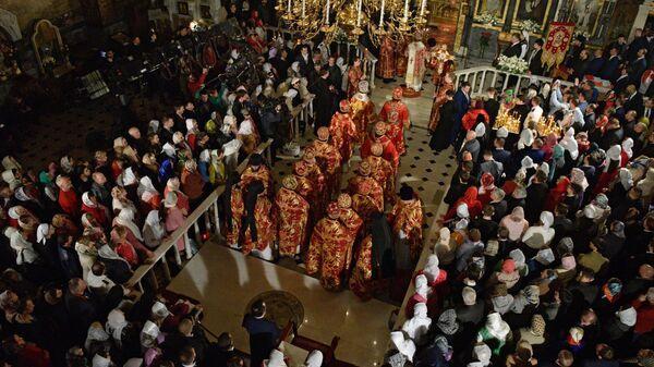 Священнослужители и прихожане во время празднования пасхи в Киево-Печерской лавре. 8 апреля 2018