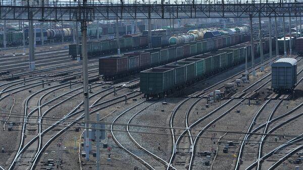 Товарные вагоны на ЖД путях. Архивное фото