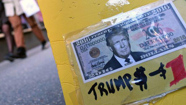 Сувенирная купюра американского доллара с портретом Дональда Трампа. Архивное фото