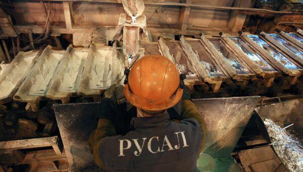 Рабочий в литейном цехе Саяногорского алюминиевого завода компании РУСАЛ. Архивное фото