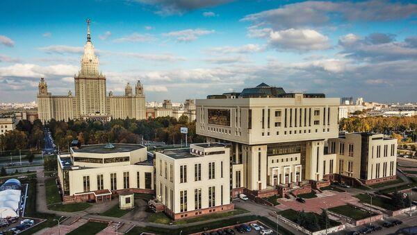 Фундаментальная библиотека и главное здание МГУ в Москве. Архивное фото
