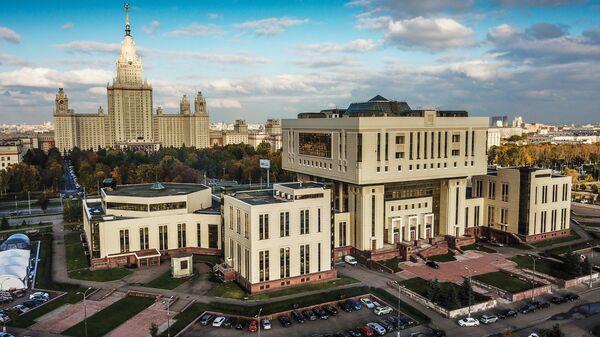 Фундаментальная библиотека МГУ и главное здание МГУ в Москве