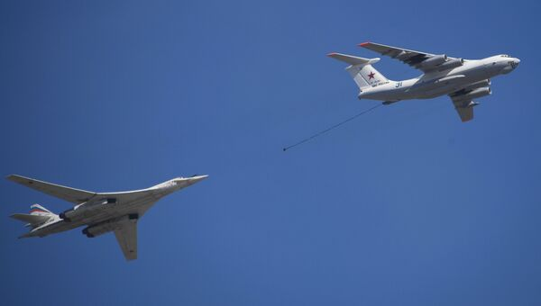 Самолет-заправщик Ил-78 и стратегический бомбардировщик-ракетоносец Ту-160 во время репетиции парада Победы на военном полигоне Алабино