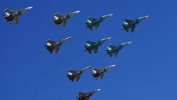 Строй из истребителей Су-30, Су-35 и бомбардировщиков Су-34 во время репетиции парада Победы на военном полигоне Алабино