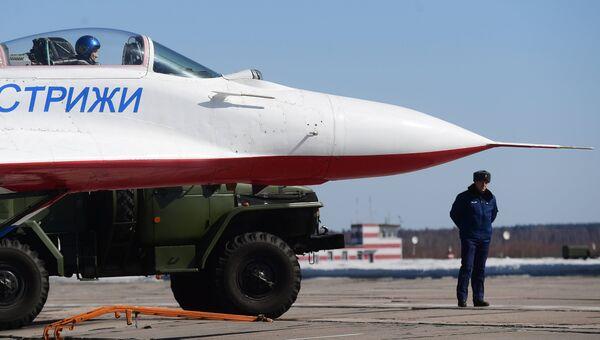 Многоцелевой истребитель  МиГ-29 пилотажной группы Стрижи на аэродроме Кубинка после репетиции воздушной части парада Победы