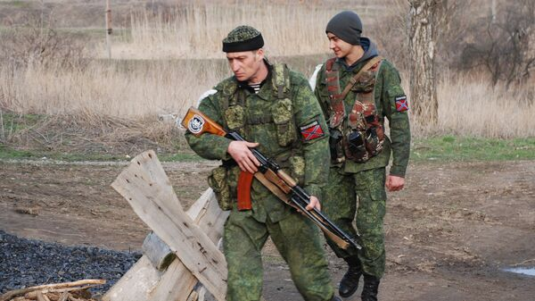 Бойцы батальона Призрак на линии разграничения в разрушенном поселке Желобок в Луганской области
