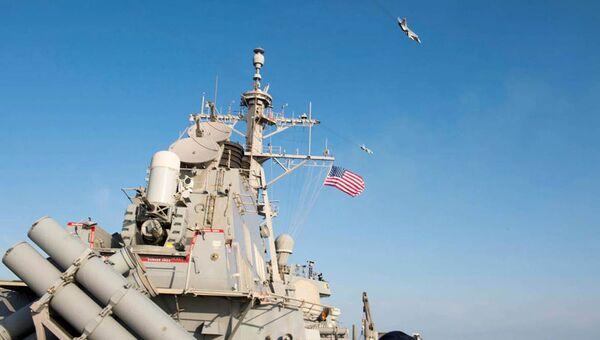 Российские штурмовики Су-24 пролетают рядом с американским эсминцем USS Donald Cook. Архивное фото