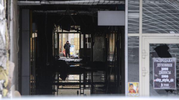 Вход в здание торгово-развлекательного центра Зимняя вишня после пожара в Кемерово