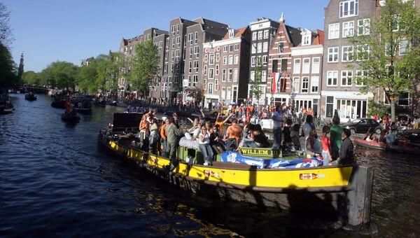Круиз по каналу в Амстердаме в честь празднования Дня королевы