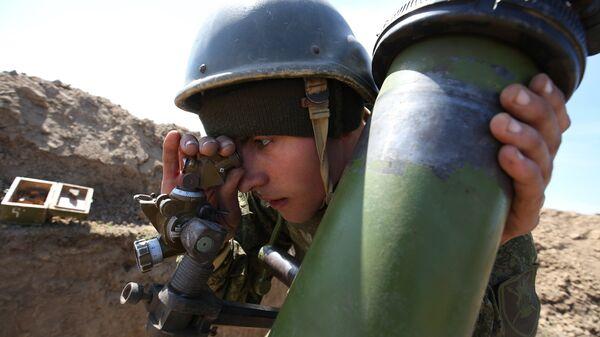 Военнослужащий во время стрельбы из миномета Сани