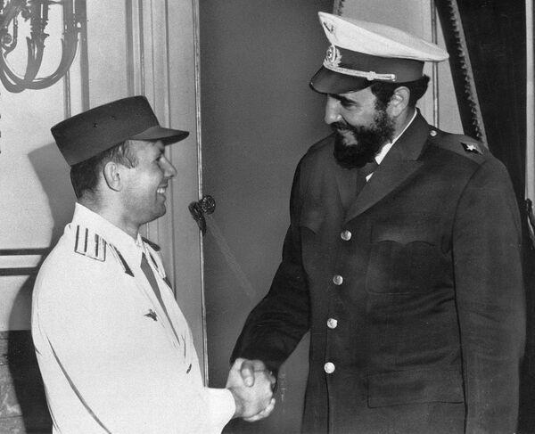 Советский космонавт Юрий Гагарин и кубинский премьер-министр Фидель Кастро во время встречи. 25 июля 1961