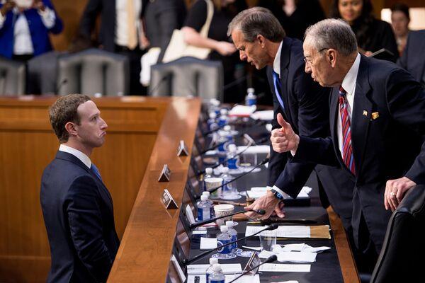 Марк Цукерберг во время слушания в сенате США
