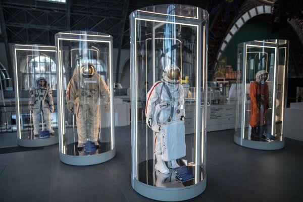 Образцы космических скафандров в павильоне Космос центра Космонавтика и авиация на ВДНХ.