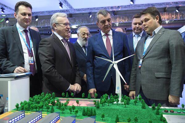 Полномочный представитель президента РФ в Сибирском федеральном округе Сергей Меняйло (третий справа) на Красноярском экономическом форуме на Красноярском экономическом форуме