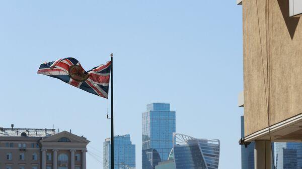 Флаг Великобритании у здания посольства Великобритании в Москве. Архивное фото