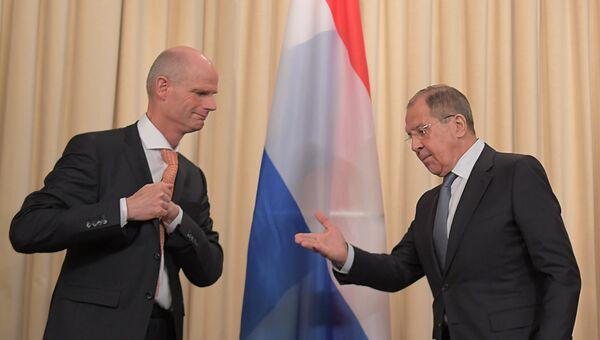 Министр иностранных дел РФ Сергей Лавров и министр иностранных дел Нидерландов Стеф Блок во время совместной пресс-конференции в Москве. 13 апреля 2018