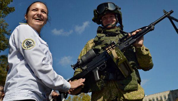 Посетительница у морского пехотинца, демонстрирующего пулемет Печенег