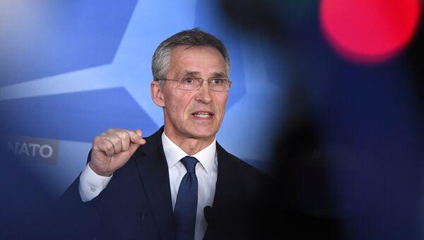 Генсек НАТО Йенс Столтенберг выступает на пресс-конференции в штаб-квартире НАТО в Брюсселе. 14 апреля 2018