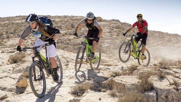 Велосипедисты в пустыне Негев в Израиле