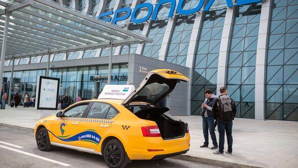 Такси у входа в здание нового терминала Крымская волна международного аэропорта Симферополь