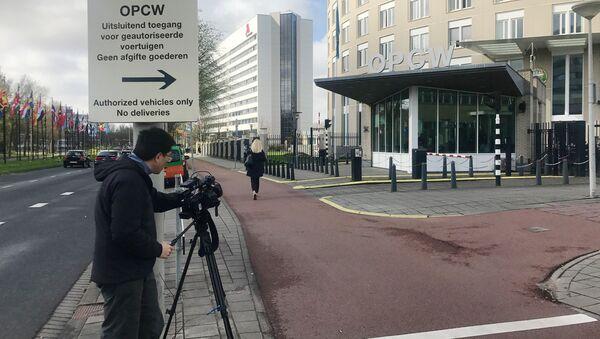 Журналисты у главного здания Технического секретариата ОЗХО в Гааге, Нидерланды