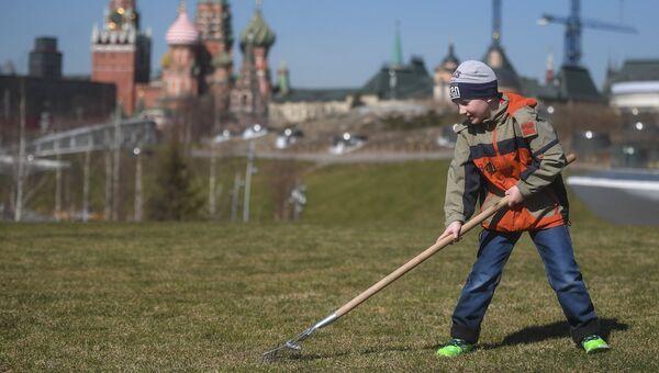 Участники городского субботника в парке Зарядье в Москве. Архивное фото