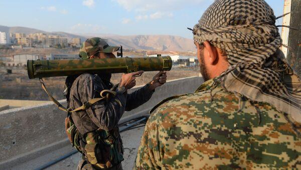 Сирийские военные на боевой позиции в городе Дума