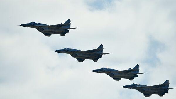 Многоцелевые истребители МиГ-29 на авиационном параде