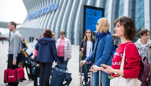Пассажиры у здания нового терминала Крымская волна международного аэропорта Симферополь
