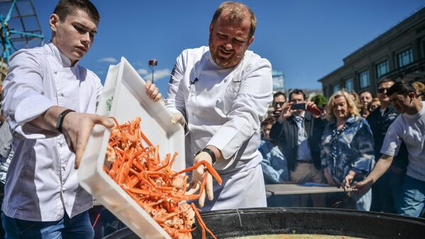 Российский шеф-повар, автор книги Кухня настоящих мужчин, шоумен Константин Ивлев готовит уху в Москве
