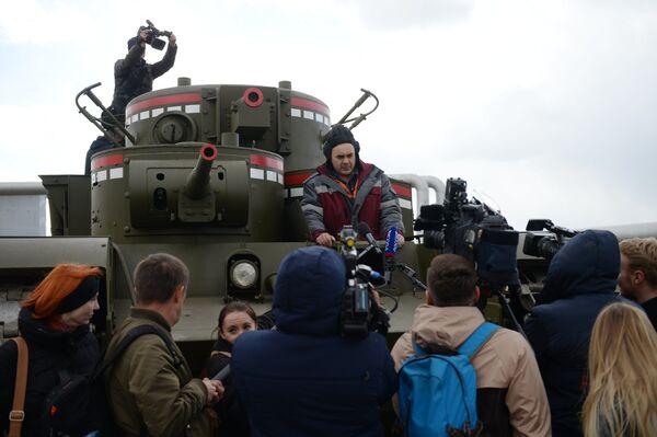 Журналисты у копии советского многобашенного тяжёлого танка Т-35, воссозданного специалистами участка ремонта и реставрации военной техники АО Уралэлектромедь в Екатеринбурге