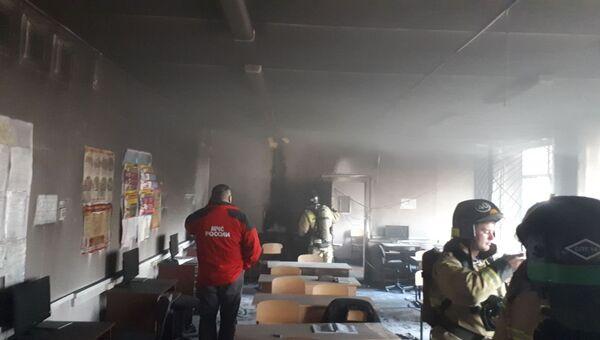 Сотрудники МЧС на месте пожара в школе №1 Стерлитамака