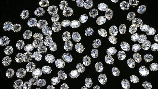 Россыпь ограненных алмазов