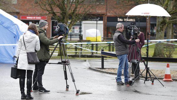 Представители медиа рядом с местом обнаружения семьи Скрипалей без сознания в городе Солсбери, Англия. Архивное фото