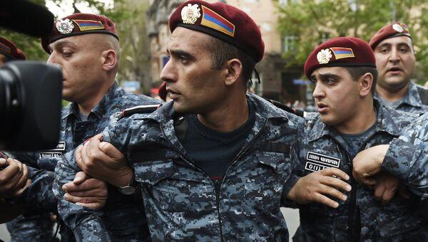 Сотрудники правоохранительных органов на улице Еревана. 20 апреля 2018
