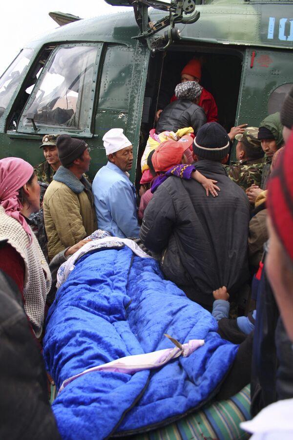 Эвакуация людей из разрушенного землетрясением села Нура в Киргизии