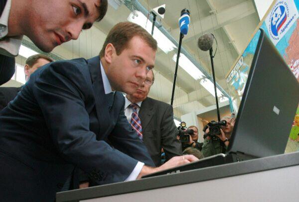 Дмитрий Медведев за компютером. Архив