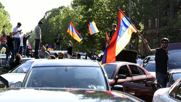Участники митинга в Ереване в связи с отставкой премьер-министра Сержа Саргсяна. 23 апреля 2018