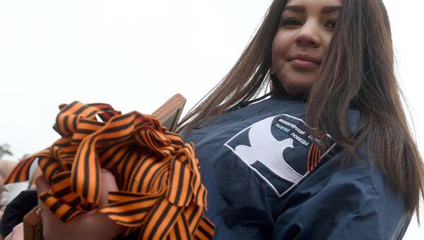Волонтер во время старта ежегодной акции Георгиевская ленточка в парке имени Горького в Казани. 24 апреля 2018