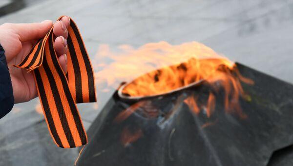 Георгиевская ленточка на фоне Вечного огня. Архивное фото