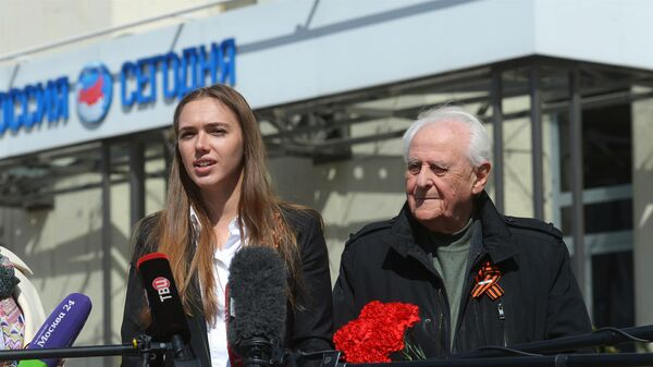 Директор Роспатриотцентра Ксения Разуваева и журналист Леонид Сиган