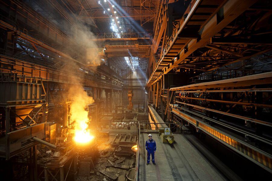 Виктор Сергеевич Зинченко в одном из цехов Новолипецкого металлургического комбината