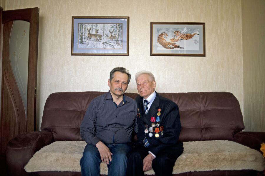 Виктор Петрович Зинченко (справа) и его сын Сергей у себя дома в Липецке