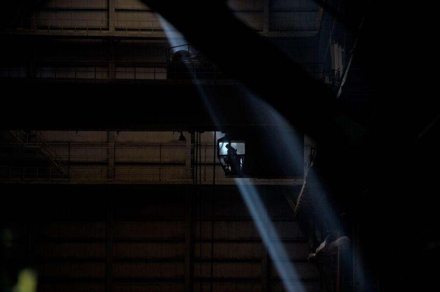 Работа крана в одном из цехов Новолипецкого металлургического комбината