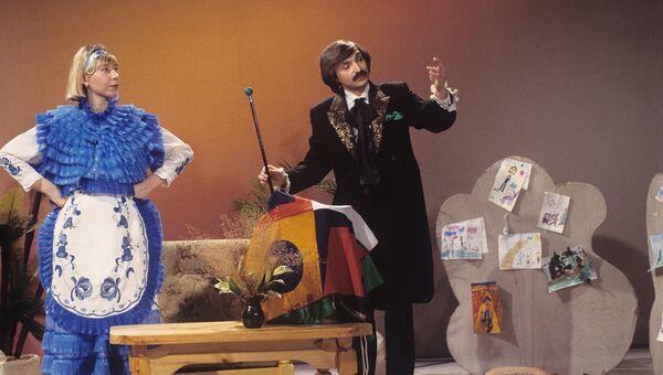 Артист Амаяк Акопян во время телепередачи для детей Праздник каждый день