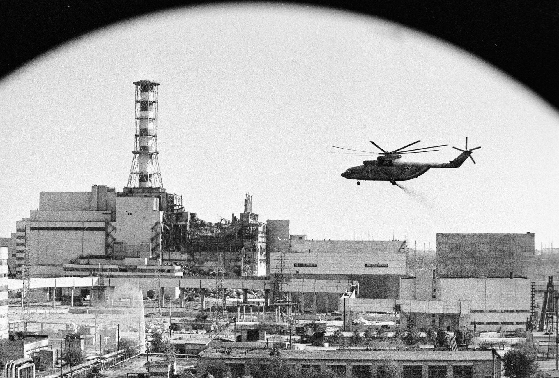 Вертолеты ведут дезактивацию зданий Чернобыльской атомной электростанции после аварии. 1986 год - РИА Новости, 1920, 10.03.2021